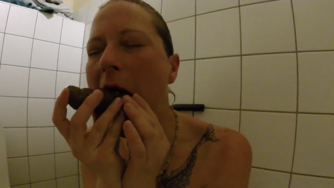 Shit_snack_on_the_sauna_loo.mp4.00000,
